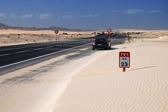 Zaspy piaskowe na drodze